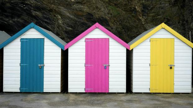 Три маленьких домика с яркими дверями