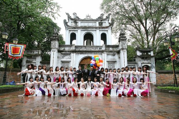выпускники школы в Японии празднуют выпускной