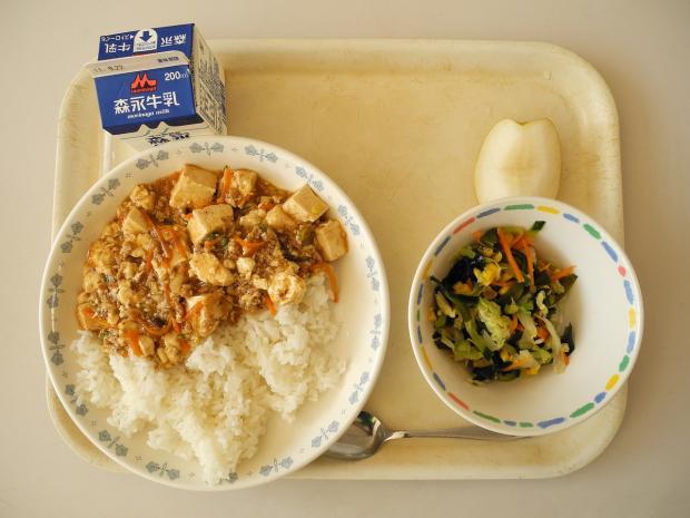 на подносе стоит традиционный школьный японский обед