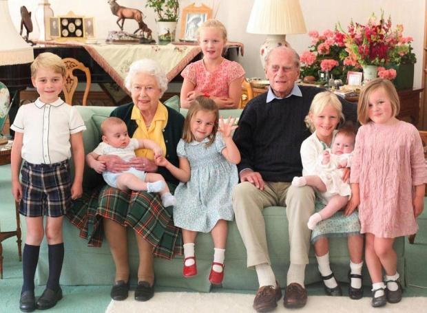 Королева и принц Филипп с внуками