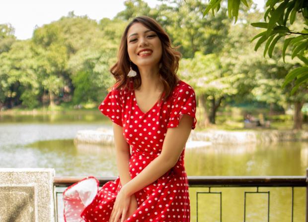 Девушка в красном платье в парке