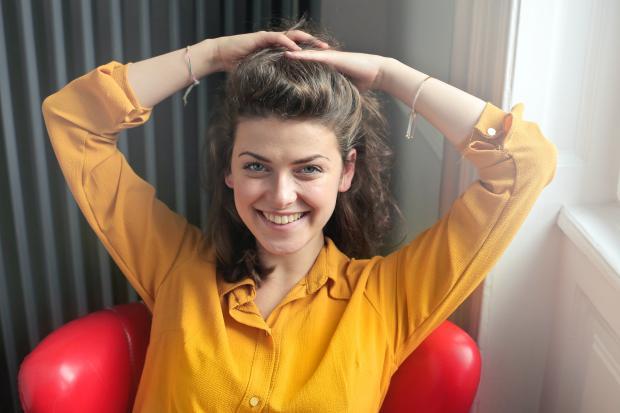 девушка в желтой блузе на красном кресле