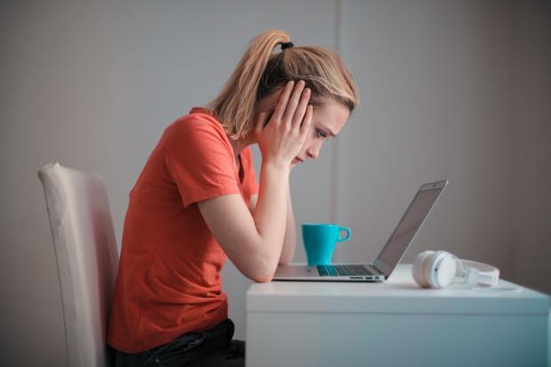 девке к красной футболке трудно сосредоточиться перед ноутбуком