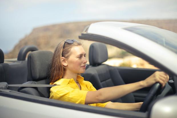 девушка в желтой кофточке за рулем автомобиля