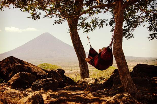 девушка в гамаке среди деревьев