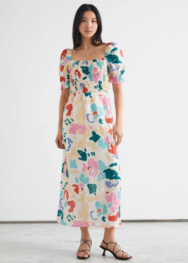стоит брюнетка в летнем платье