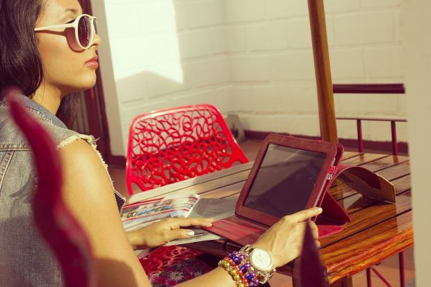 девушка на террасе сидит перед ноутбуком