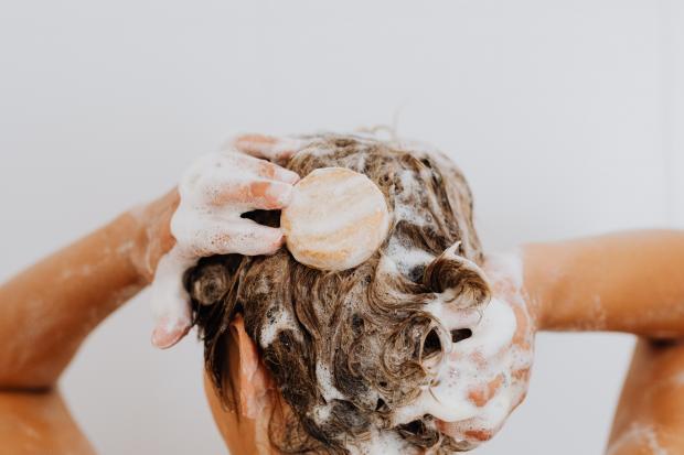 девушка намыливает голову