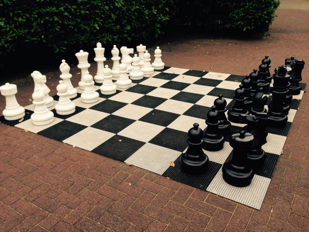 большие шахматы для игры на тротуаре