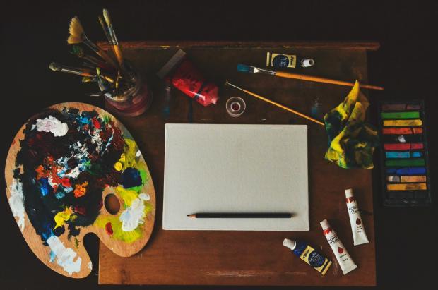 палитра, бумага, краски, карандаши