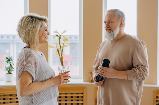 женщина и пожилой мужчина общаются