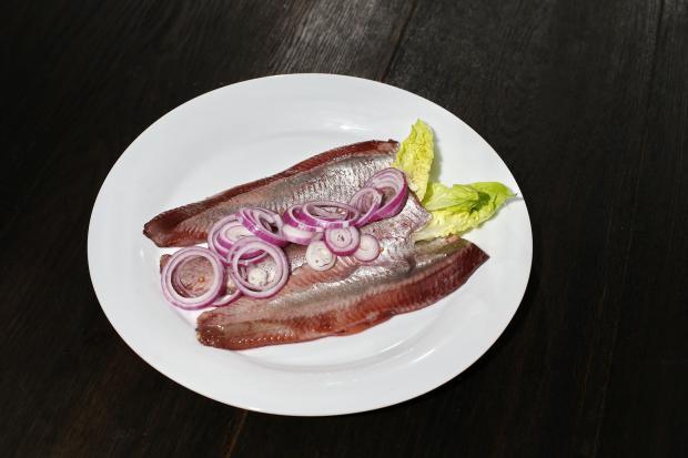 филе селедки с луком и листьями салата