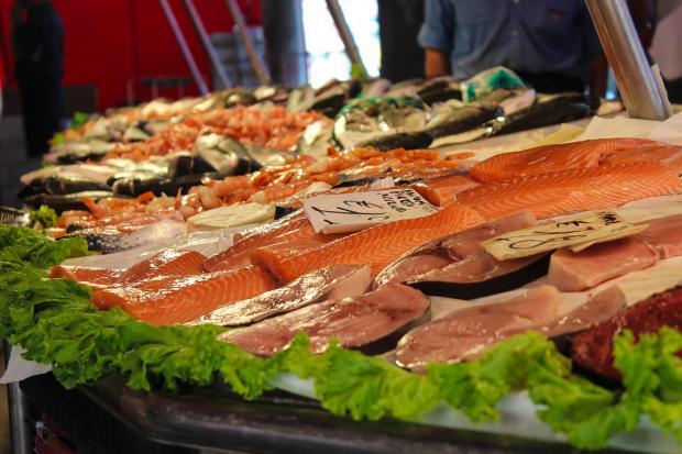 стейки из рыбы на рынке