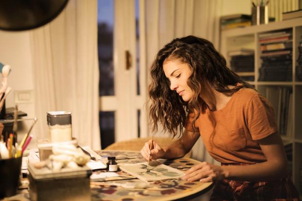 девушка рисует за столом