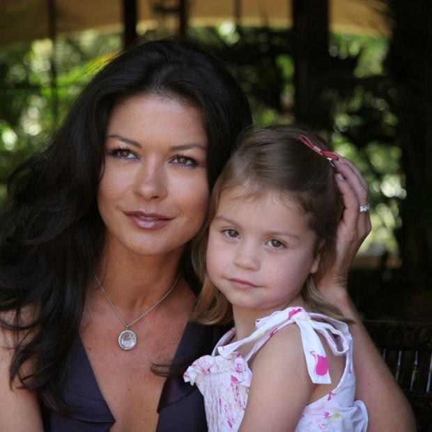 Кэтрин Зета Джонс с дочерью