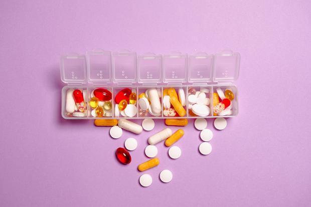 лекарства, разложенные по ячейкам