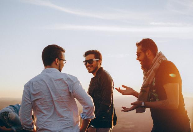 трое молодых людей общаются