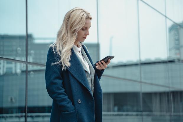 блондинка с телефоном в руке