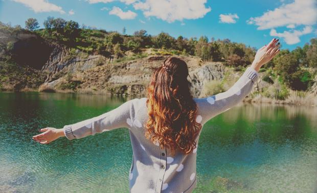 девушка обнимает природу около озера