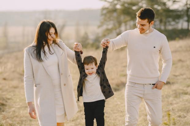 мужчина и женщина гуляют с ребенком