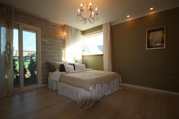 кровать в спальне у окна