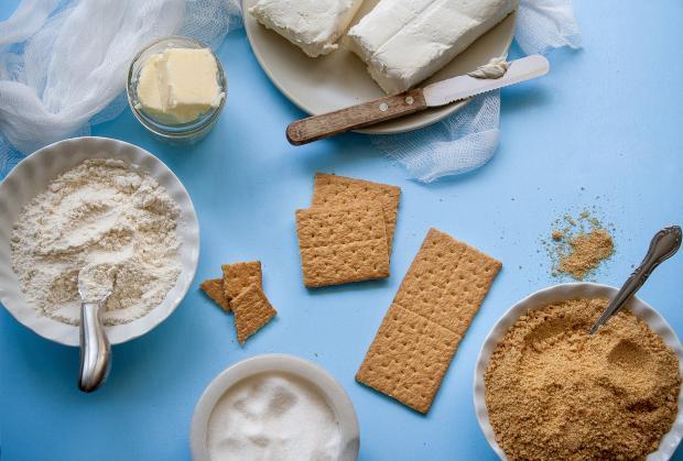 мука печенье и сахар на столе