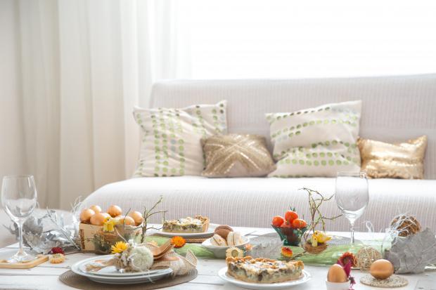 диван и накрытый стол