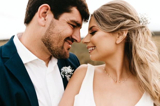 мужчина и девушка с улыбками смотрят друг на друга