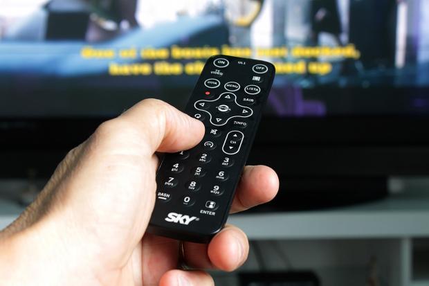 пульт для телевизора в руке