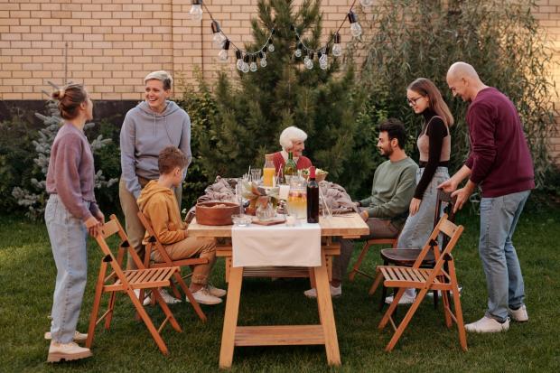 праздник за накрытым во дворе столом