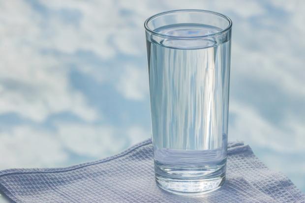 стакан воды на полотенце