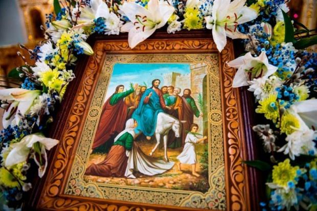 на аналое лежит икона Вход Господень в Иерусалим