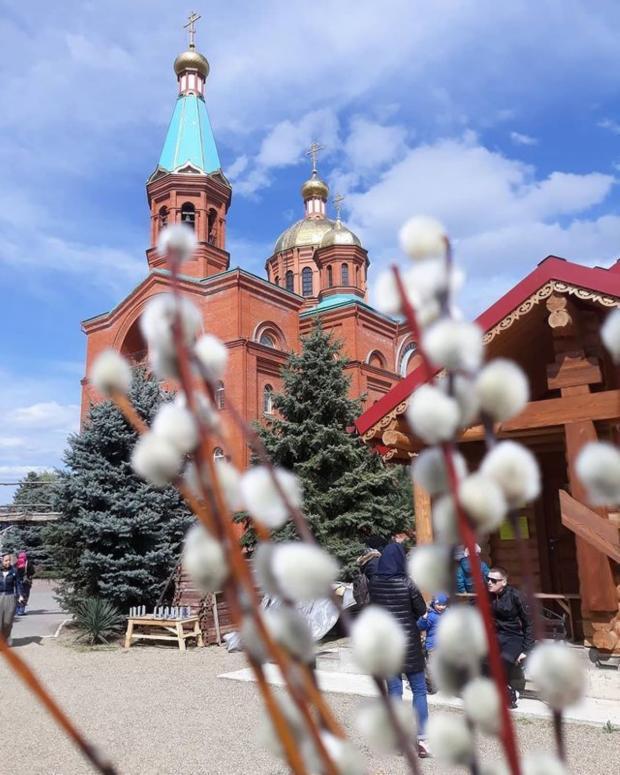 кирпичная церковь и веточки вербы