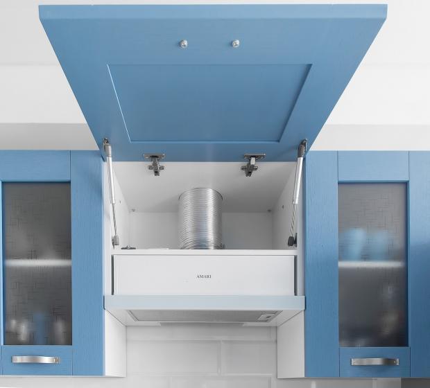 открыта кухонная вытяжка на голубой кухне