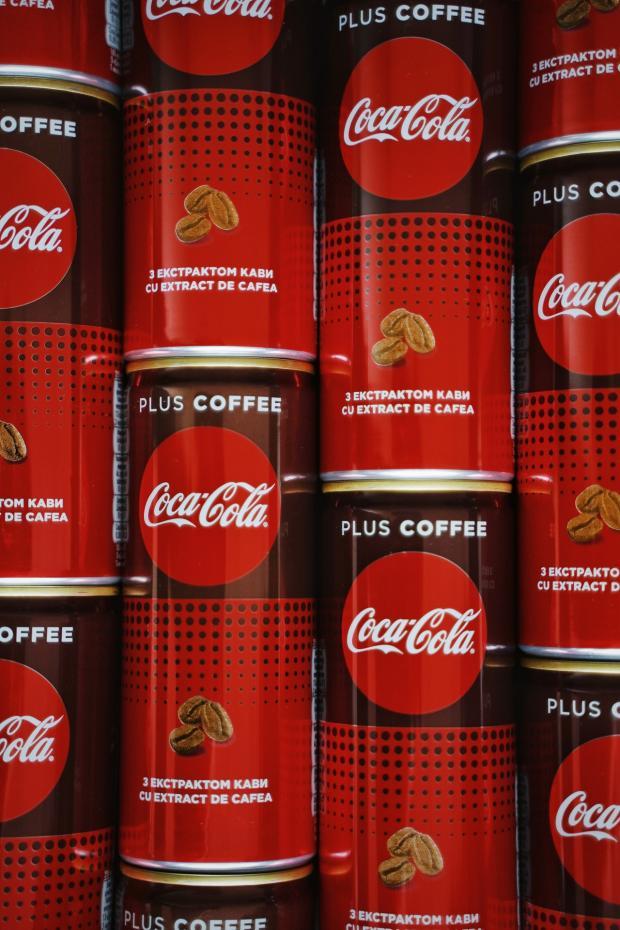 стоят банки с кока-колой