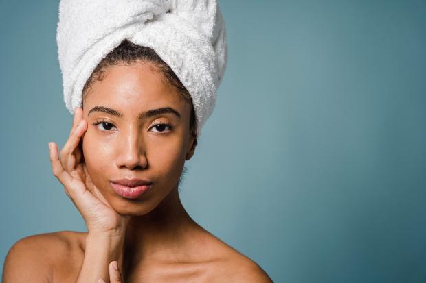 девушка в банном полотенце