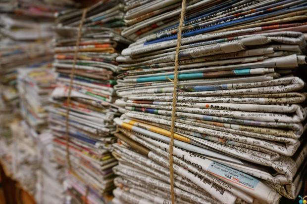 стопки газет
