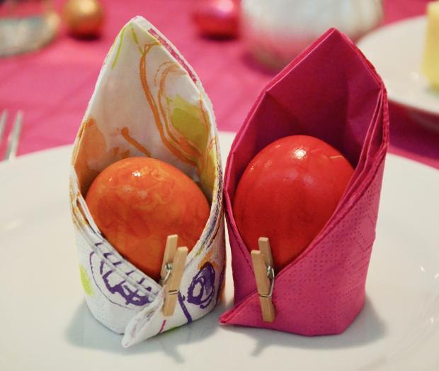 два красных яйца красиво завернуты в салфетки