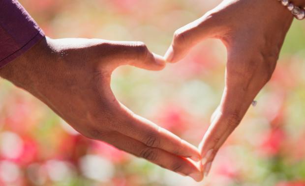 две ладони сложены в виде сердца