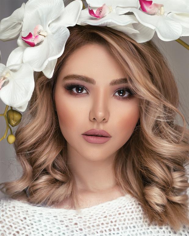 красивая блондинка с белыми цветами в волосах