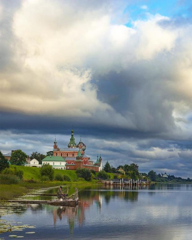 красивый пейзаж с церковью у реки