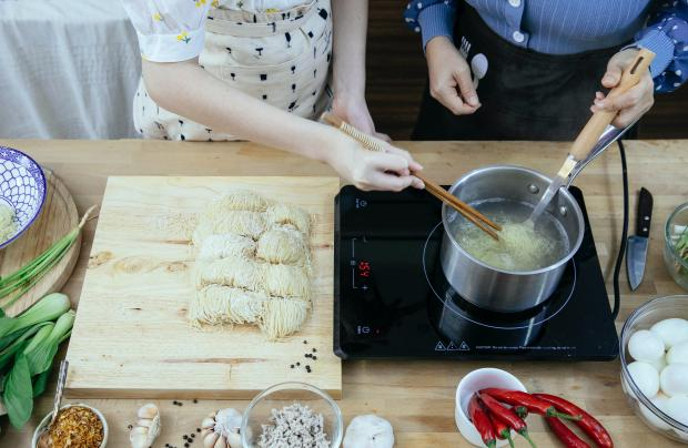 рабочий сто на кухне, варятся макароны