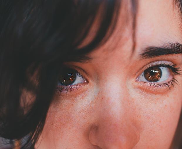 девушка с карими глазами