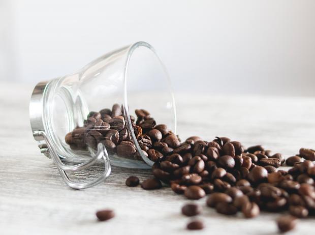 кофейные зерна в прозрачной чашке