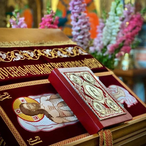евангелие лежит на аналое