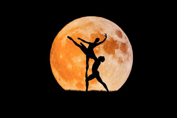на фоне полной Луны силуэты танцующей пары