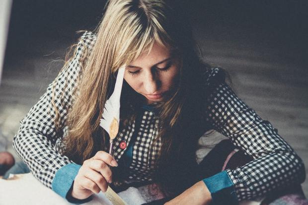 девушка пишет гусиным пером