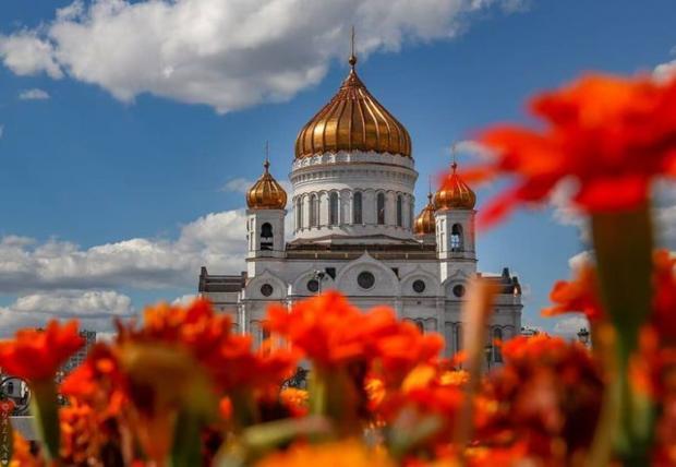 золотые купола храма Христа Спасителя в Москве