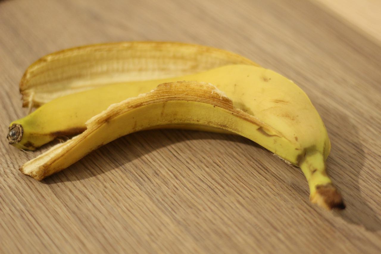 на столе лежит банановая кожура