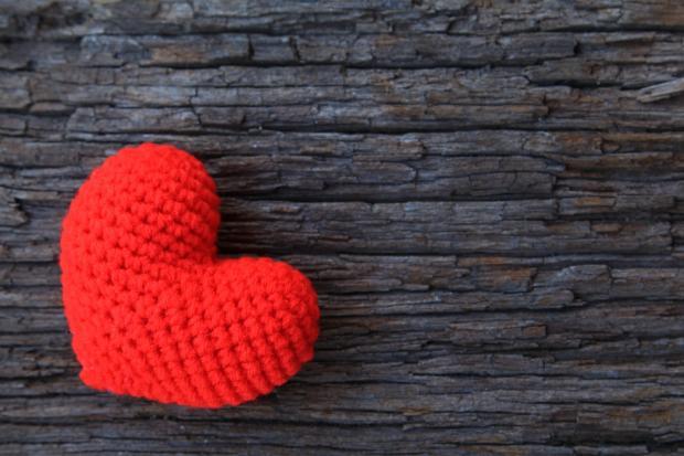 сердечко красное на деревянном фоне